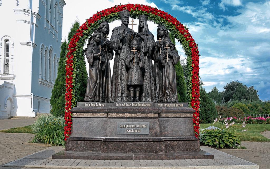 Фото памятника Императору Николаю II с семьёй